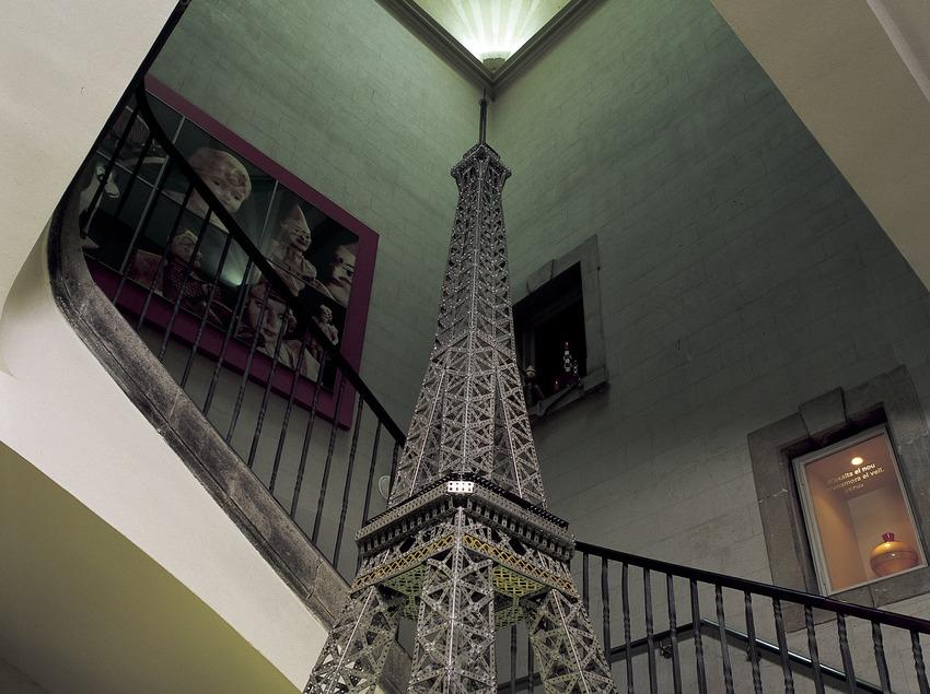 Reproducción de la Torre Eiffel en la escalera del Museo del Juguete de Catalunya.  (Imagen M.A.S.)