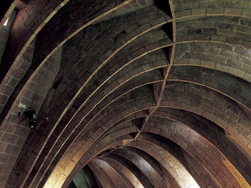 Voûtes à arcs paraboliques réalisés en briques plates à l'Espace Gaudí, grenier de la Maison Milà, La Pedrera. (Imagen M.A.S.)