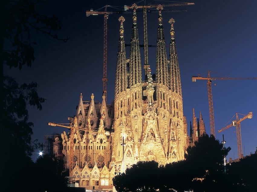 Vue nocturne du temple expiatoire de la Sagrada Familia.