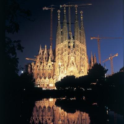 Night-time view of the Expiatory Church of La Sagrada Familia.