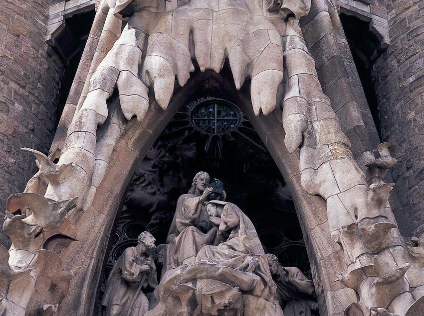 Grupo escultórico de la Coronación de la Virgen. Detalle del pórtico de la fachada del Nacimiento del Templo Expiatorio de la Sagrada Familia. (Imagen M.A.S.)