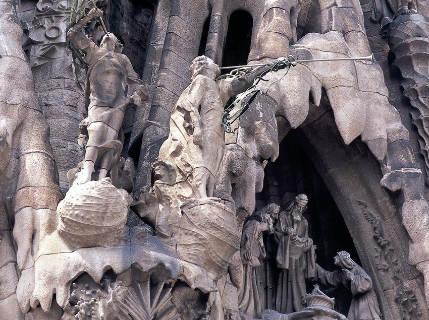 Detalle del pórtico de la fachada del Nacimiento del Templo Expiatorio de la Sagrada Familia. (Imagen M.A.S.)