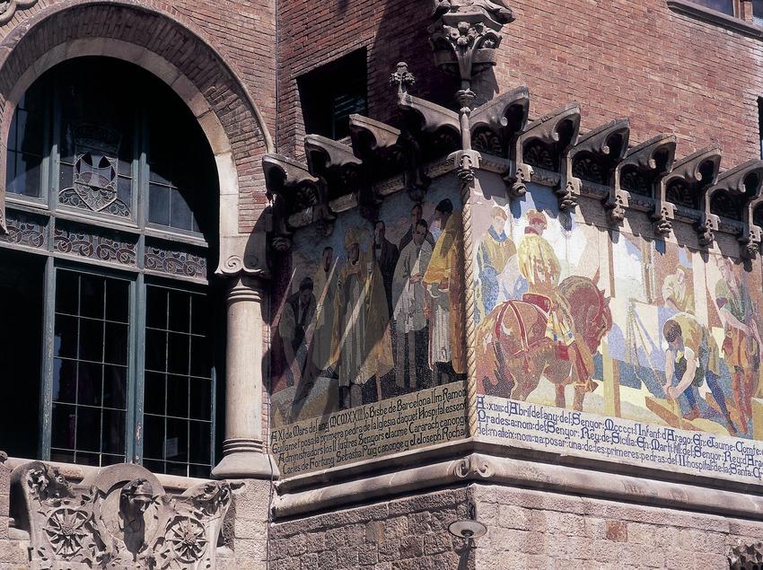 Pintures murals de la façana de l'hospital de Sant Pau de Domènech i Montaner, obra de Francesc Labarta.  (Imagen M.A.S.)