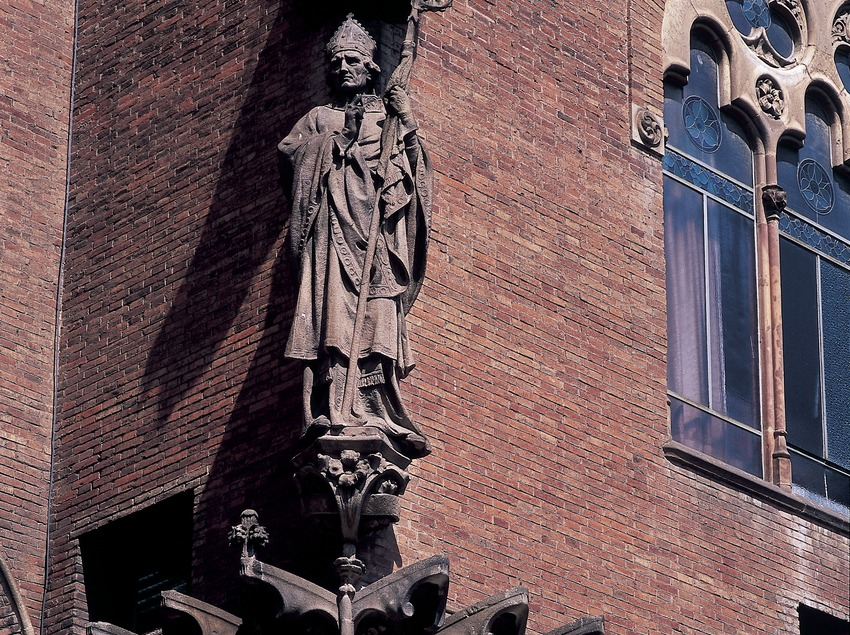 Mural paintings and statue on the façade of the hospital of Sant Pau by Domènech i Montaner, work by Francesc Labarta and Eusebi Arnau.  (Imagen M.A.S.)