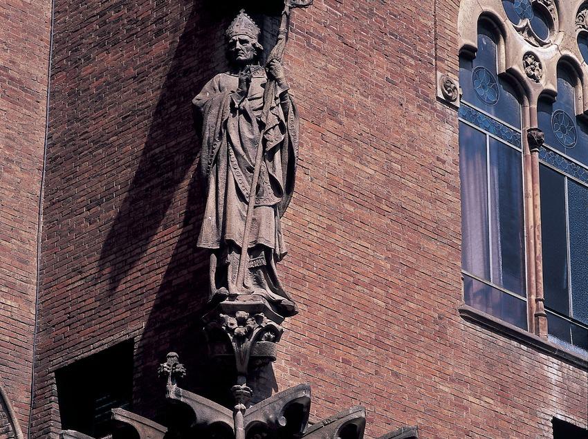 Pinturas murales y estatua de la fachada del hospital de Sant Pau de Domènech i Montaner, obra de Francesc Labarta y Eusebi Arnau.  (Imagen M.A.S.)