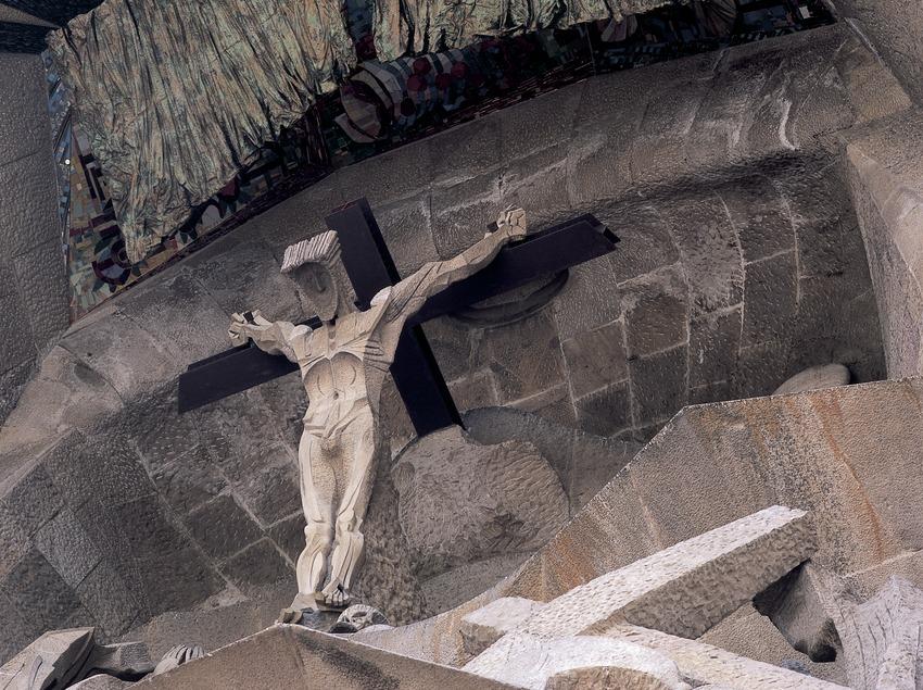 Figura del Calvario. Detalle del pórtico de la fachada de la Pasión del Templo Expiatorio de la Sagrada Familia. (Imagen M.A.S.)