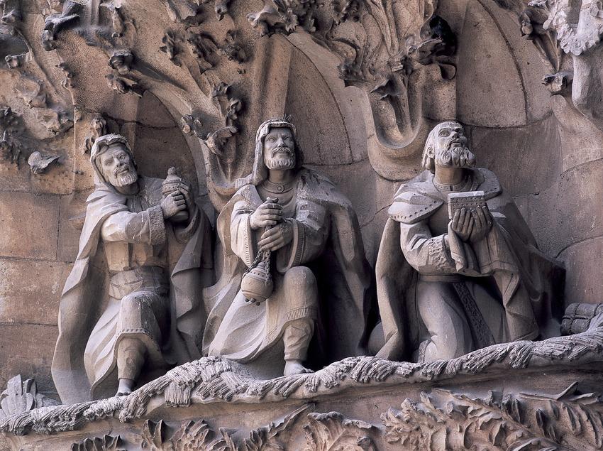 La Adoración de los Reyes Magos. Detalle del portal de la Caridad de la fachada del Nacimiento del Templo Expiatorio de la Sagrada Familia. (Imagen M.A.S.)
