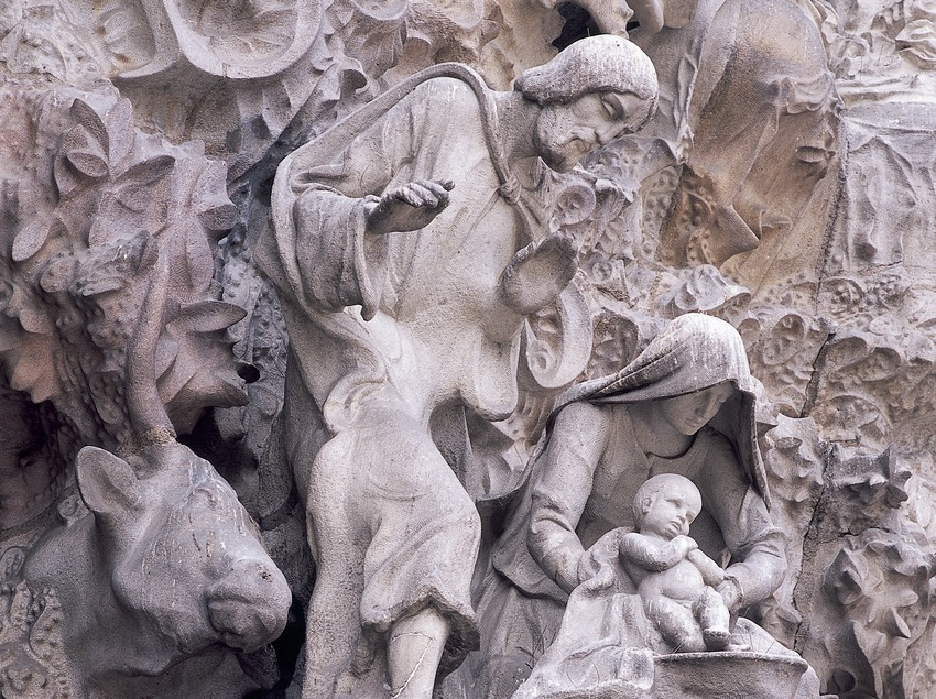 Grupo escultórico del Nacimiento. Detalle del portal de la Caridad de la fachada del Nacimiento del Templo Expiatorio de la Sagrada Familia. (Imagen M.A.S.)