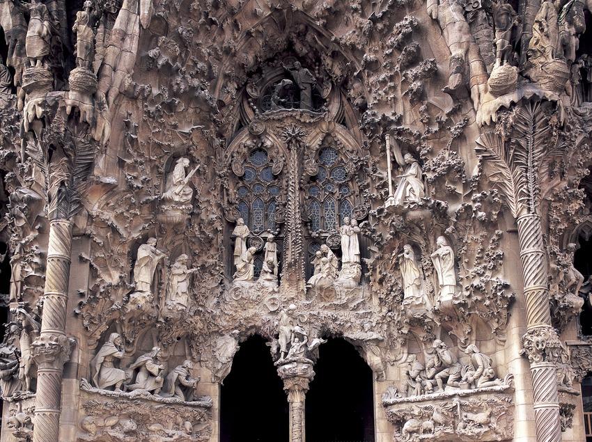 Detalle del portal de la Caridad de la fachada del Nacimiento del Templo Expiatorio de la Sagrada Familia. (Imagen M.A.S.)