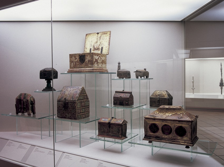 Arquetas de la sala de orfebrería. Museo Episcopal. (Imagen M.A.S.)