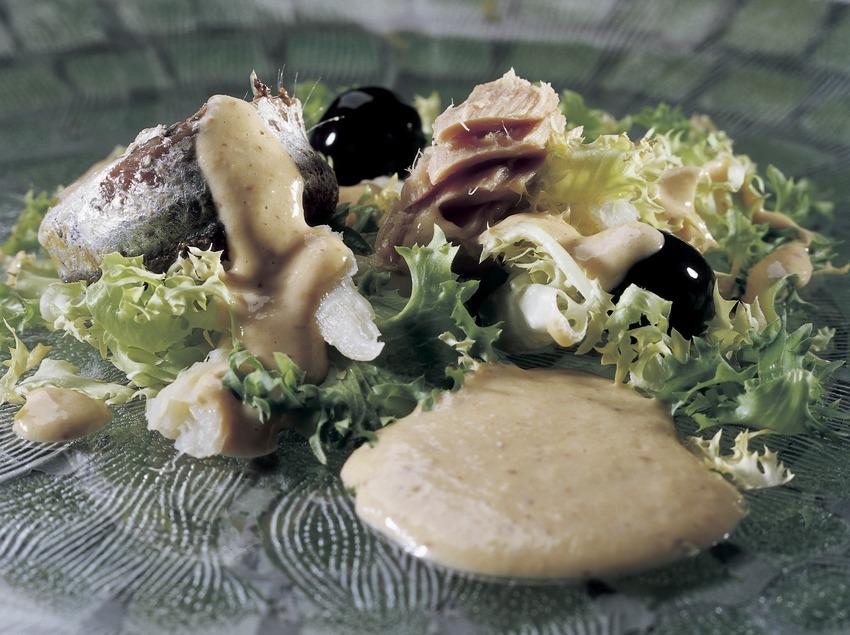 Xató (ensalada de escarola, atún y bacalao).