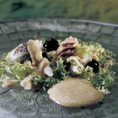 Xató (amanida d'escarola, tonyina i bacallà).