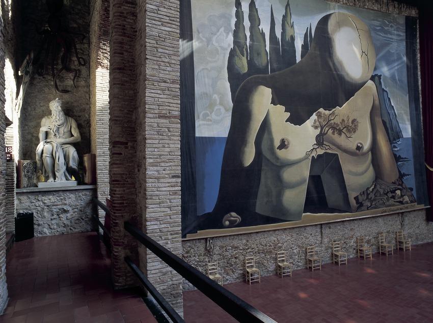 Reproduction de la sculpture de Moïse de Michel Ange et rideau de fond dessiné pour le ballet Labyrinthe (1941) Théâtre-musée Dalí.  (Imagen M.A.S.)