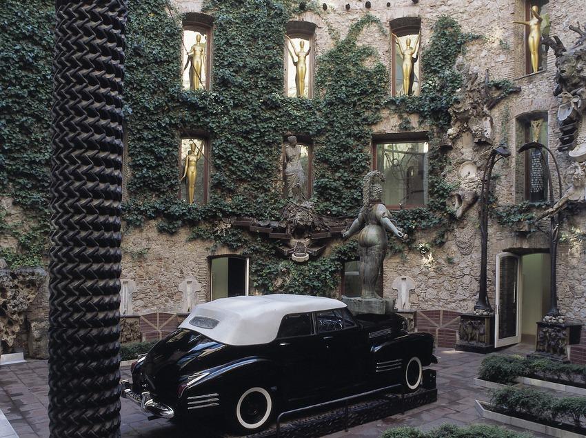 Cadillac en el patio central del Teatro-Museo Dalí.