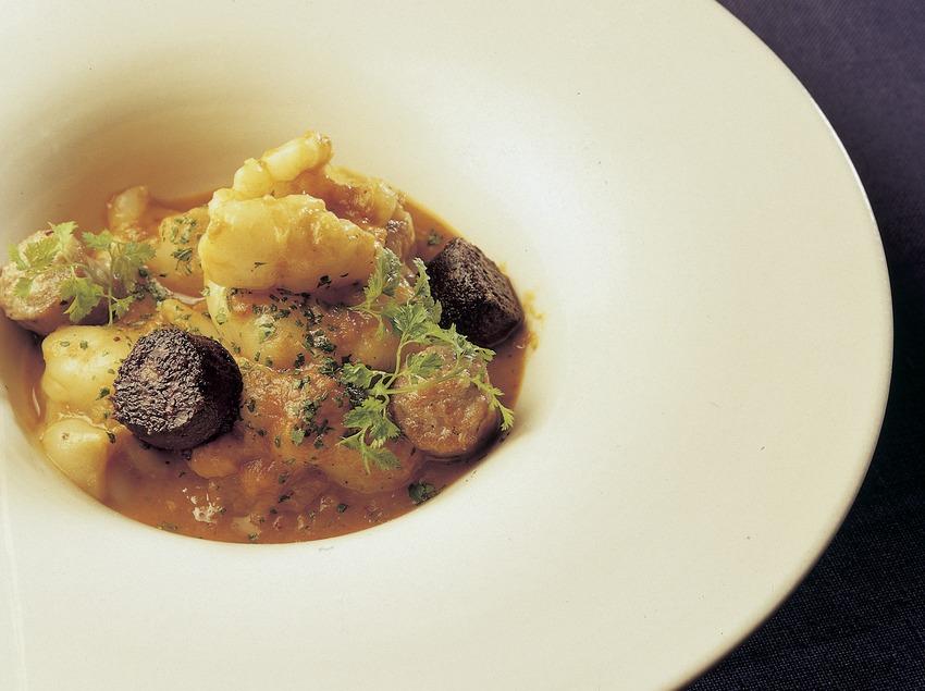 Tripeta de bacallà amb botifarra elaborada a la cuina del restaurant El Racó de Can Fabes. (Imagen M.A.S.)