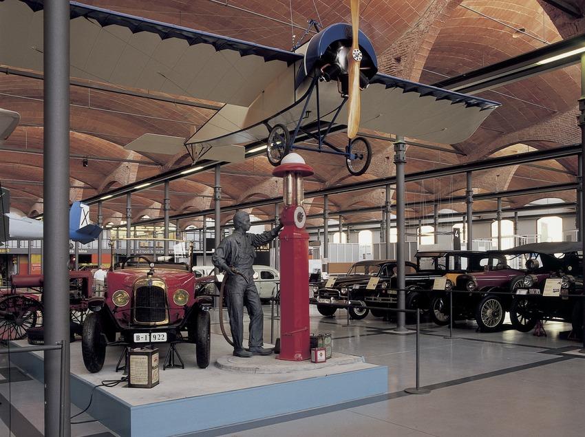 Automòbil d'època i avioneta al Museu de la Ciència i de la Tècnica de Catalunya (MNACTEC).  (Imagen M.A.S.)