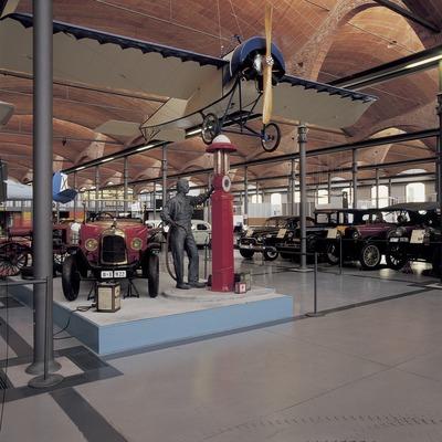 Automóvil de época y avioneta en el Museo de la Ciencia y de la Técnica de Catalunya (MNACTEC).  (Imagen M.A.S.)