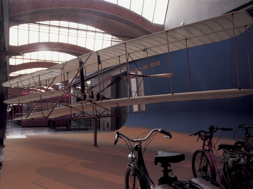 Aeroplano y bicicletas en el Museo de la Ciencia y la Técnica de Catalunya (MNACTEC).  (Imagen M.A.S.)