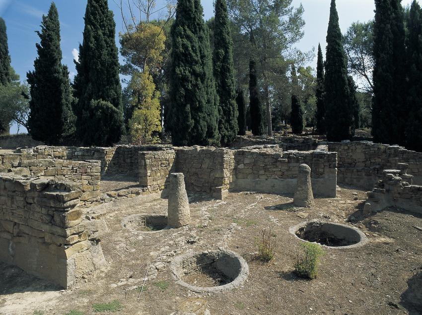 Restes arqueològiques d'un edifici públic (segles IV-III a.C.) del poblat ibèric del Puig de Sant Andreu d'Ullastret.  (Imagen M.A.S.)