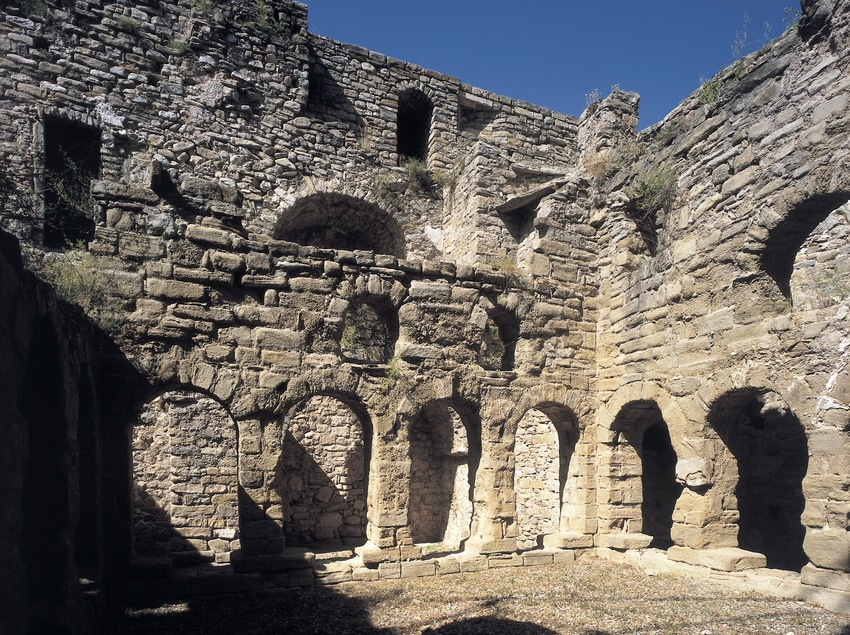 Claustro del monasterio de Santa Maria de Lillet  (Imagen M.A.S.)