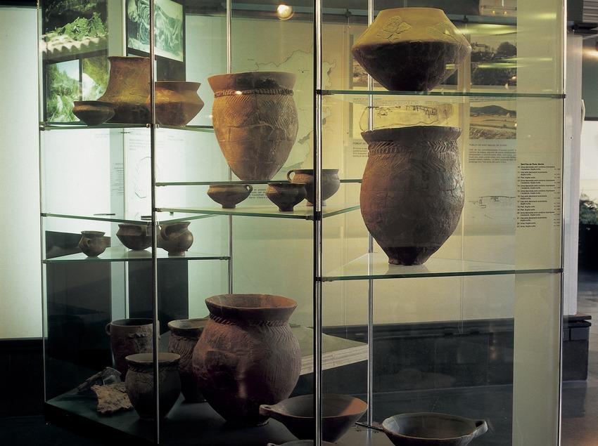 Vasos de l'edat del bronze al Museu Diocesà i Comarcal de Solsona.  (Imagen M.A.S.)