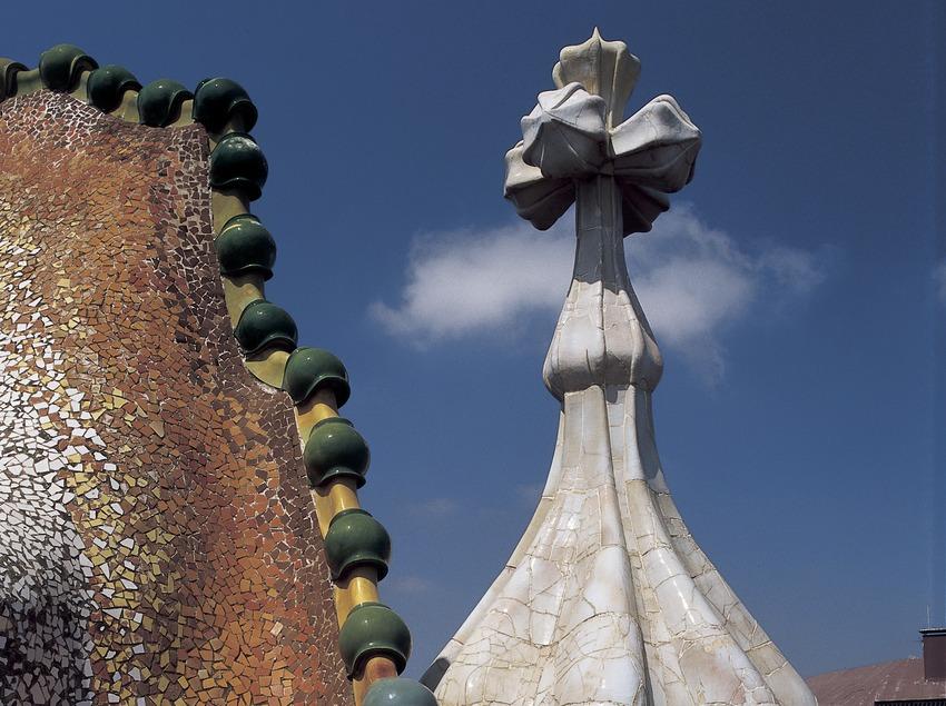 Detall de la teulada i torre de la Casa Batlló d'Antoni Gaudí.
