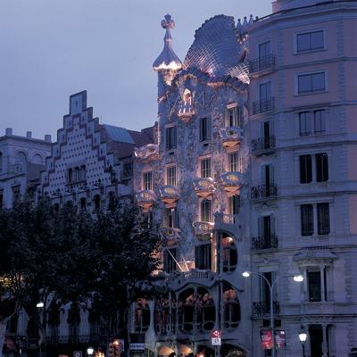 Night-time view of the façade of Antoni Gaudí's Casa Batlló.