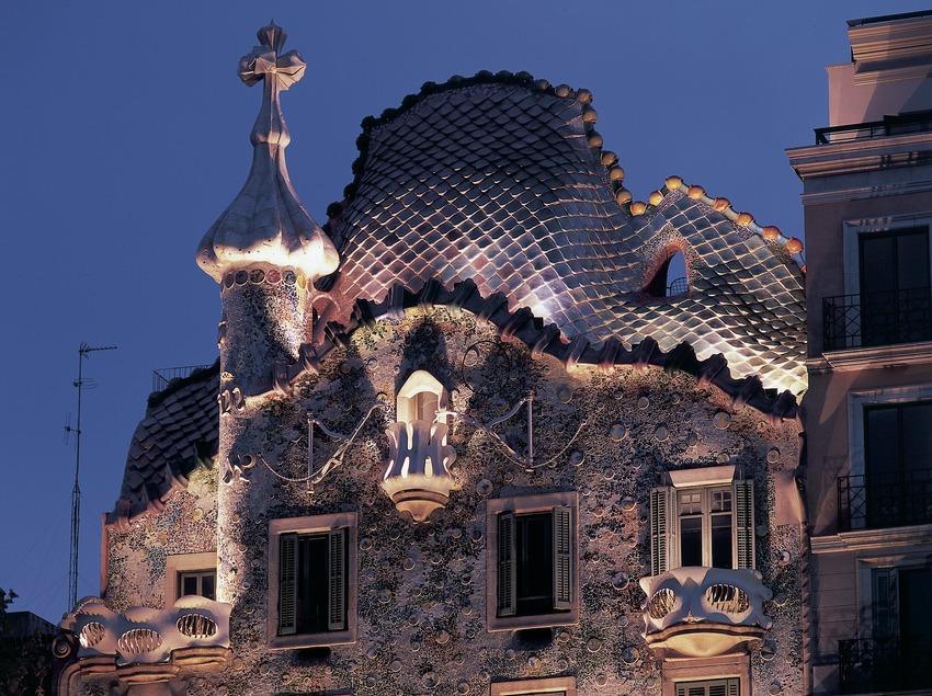 Vista nocturna de la parte superior de la fachada de la Casa Batlló de Antoni Gaudí.