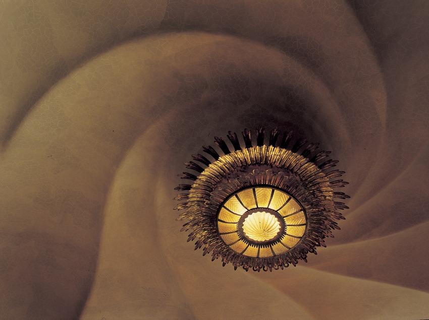 Lámpara en el techo del salón principal de la Casa Batlló de Antoni Gaudí.  (Imagen M.A.S.)