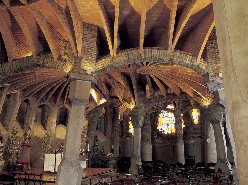Interior de la cripta de la Colonia Güell.