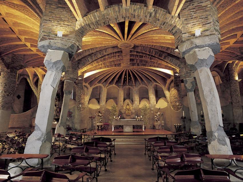 Intérieur de la crypte de la colonie Güell