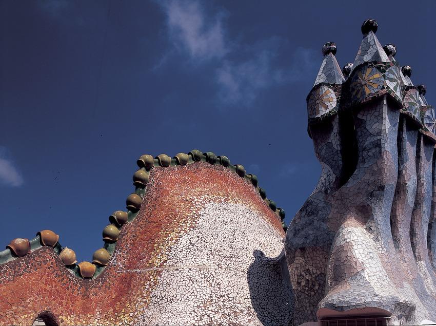 Teulada i xemeneies de la Casa Batlló d'Antoni Gaudí.  (Imagen M.A.S.)