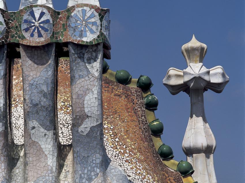 Chimeneas, techo y torre de la Casa Batlló de Antoni Gaudí.  (Imagen M.A.S.)