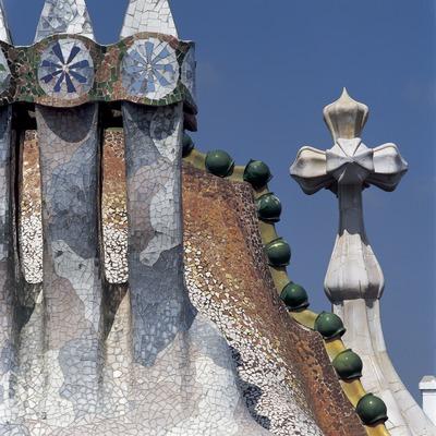 Xemeneies, teulada i torre de la Casa Batlló d'Antoni Gaudí.  (Imagen M.A.S.)