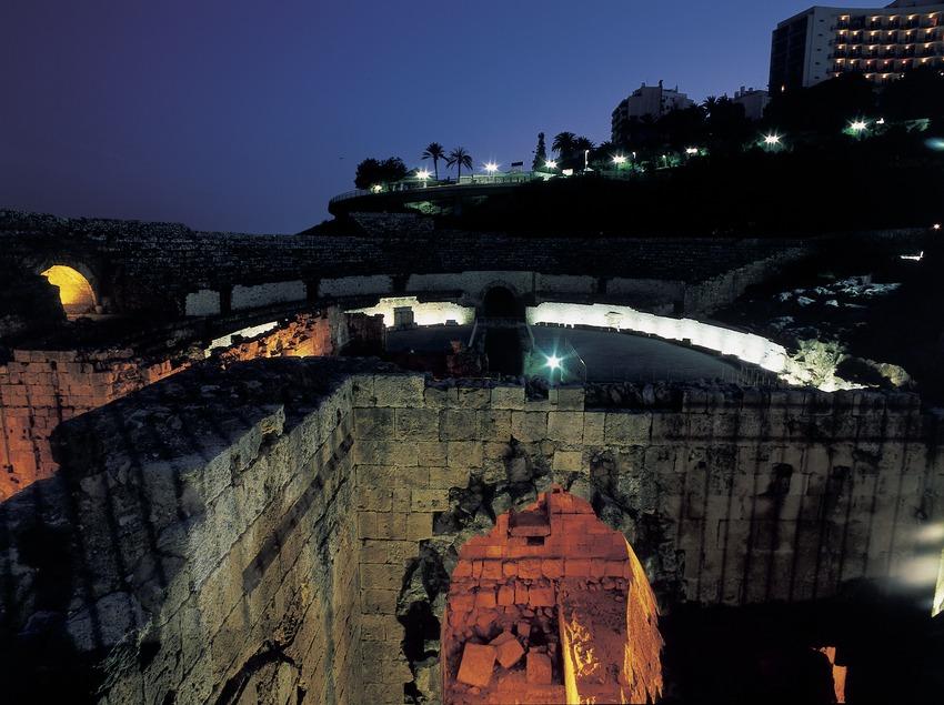 L'amfiteatre romà al capvespre.  (Imagen M.A.S.)