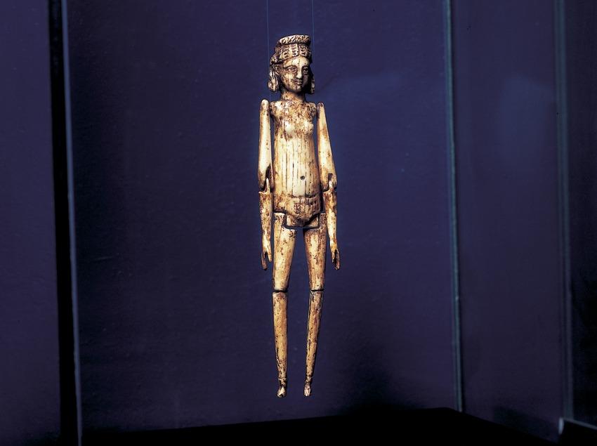 Muñeca articulada de marfil (siglo III d.C.) procedente de la necrópolis paleocristiana. Museo Nacional Arqueológico de Tarragona.  (Imagen M.A.S.)