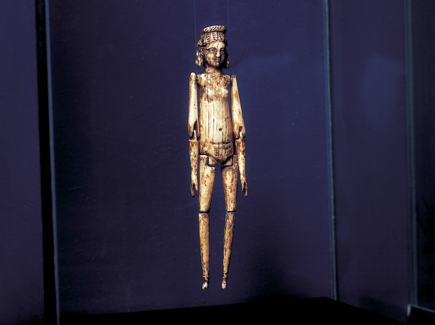 Nina articulada d'ivori (segle III d.C.) procedent de la necròpolis paleocristiana. Museu Nacional Arqueològic de Tarragona.  (Imagen M.A.S.)