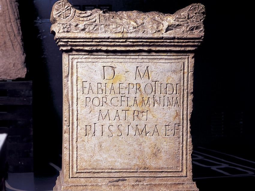 Inscripció en una tomba (segle III d.C.) procedent de la necròpolis paleocristiana. Museu Nacional Arqueològic de Tarragona.  (Imagen M.A.S.)