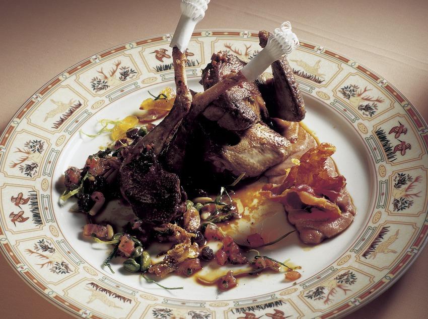 Pichón asado con puré de dátiles y salsa cortada de menta elaborado en la cocina del restaurante Casa Irene. (Imagen M.A.S.)