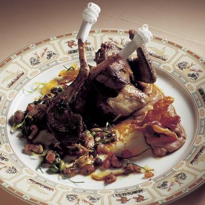 Colomí rostit amb puré de dàtils salsa tallada de menta elaborat a la cuina del restaurant Casa Irene.