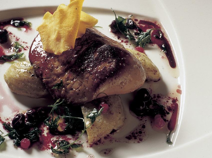 Foie-gras sauté aux cœurs d'artichauts à la vinaigrette de cassis, préparé dans les cuisines du restaurant Casa Irene.