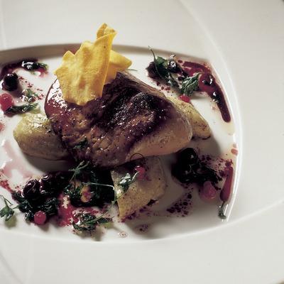 Foie-gras saltejat amb cors de carxofa a la vinagreta de cassis elaborat a la cuina del restaurant Casa Irene.