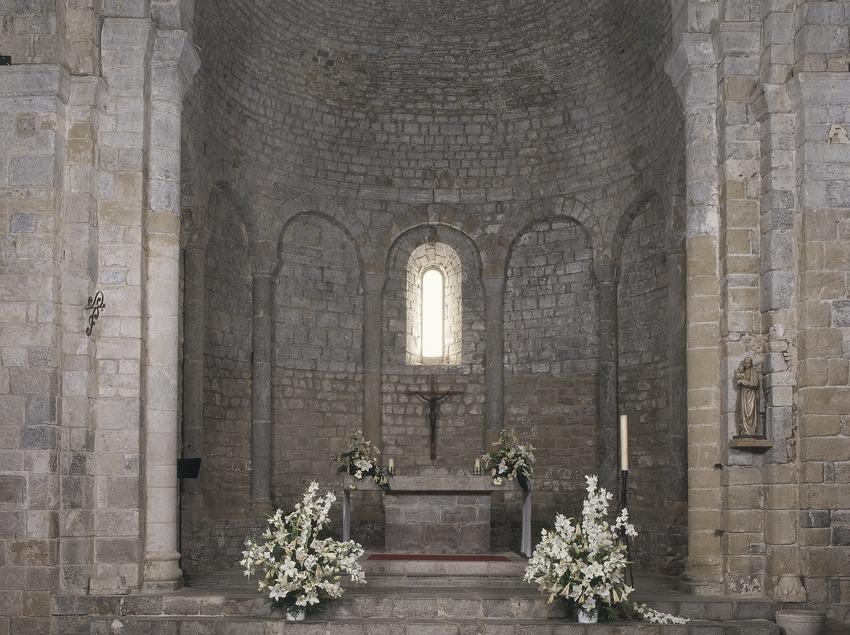 Nau central i altar de l'església de la canònica de Santa Maria de Vilabertran.  (Imagen M.A.S.)