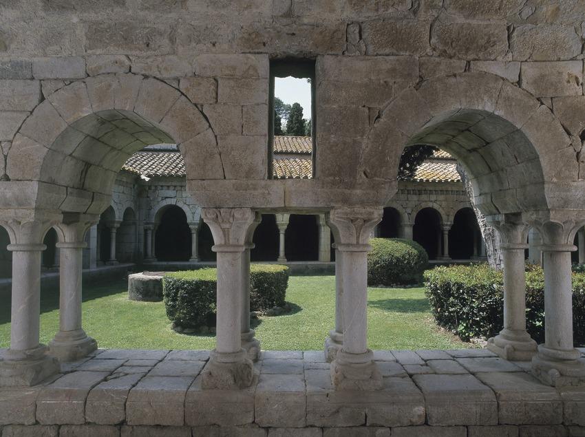 Arcos del claustro de la canónica de Santa Maria de Vilabertran.  (Imagen M.A.S.)