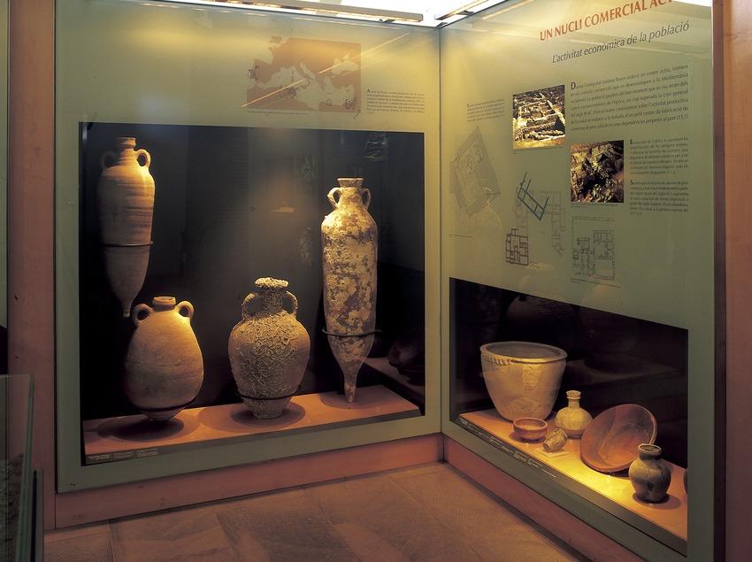 Ánforas en las vitrinas del museo de la Ciutadella de Roses.  (Imagen M.A.S.)