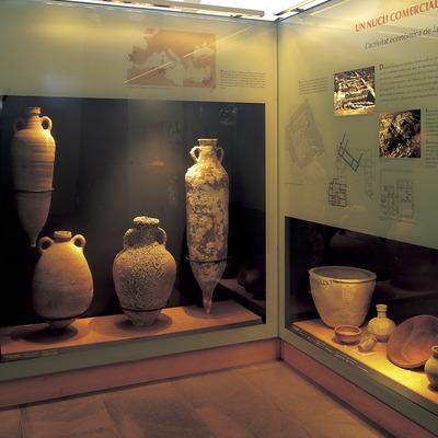 Àmfores en les vitrines del museu de la Ciutadella de Roses.  (Imagen M.A.S.)