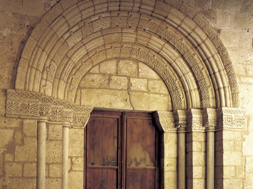 Portalada romànica d'accés a l'església del monestir de Sant Cugat d'Octavià  (Imagen M.A.S.)