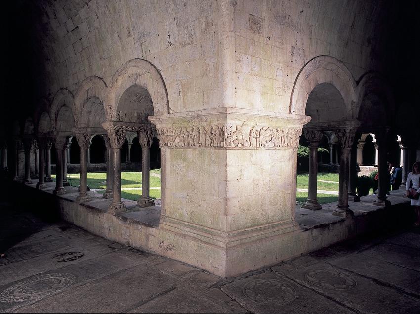 Friso románico con escenas del Antiguo Testamento del claustro de la catedral de Santa María.  (Imagen M.A.S.)