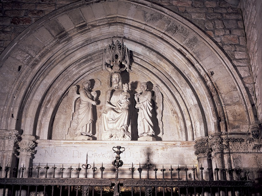 Tímpano de la antigua portalada del claustro de la catedral de Santa Maria.  (Imagen M.A.S.)