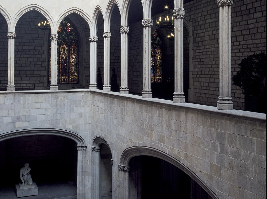 Courtyard and gothic gallery of the city hall.  (Imagen M.A.S.)